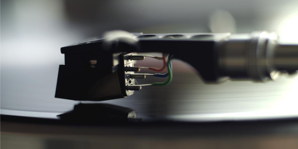 Detail Ansicht einer Plattenspieler Nadel mit Kabel Verbindung zum Tonarm